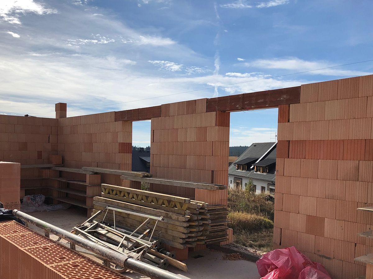 Stavba bytů na Božím Daru - říjen 2018, hrubá stavba patra, pohled zevnitř domu