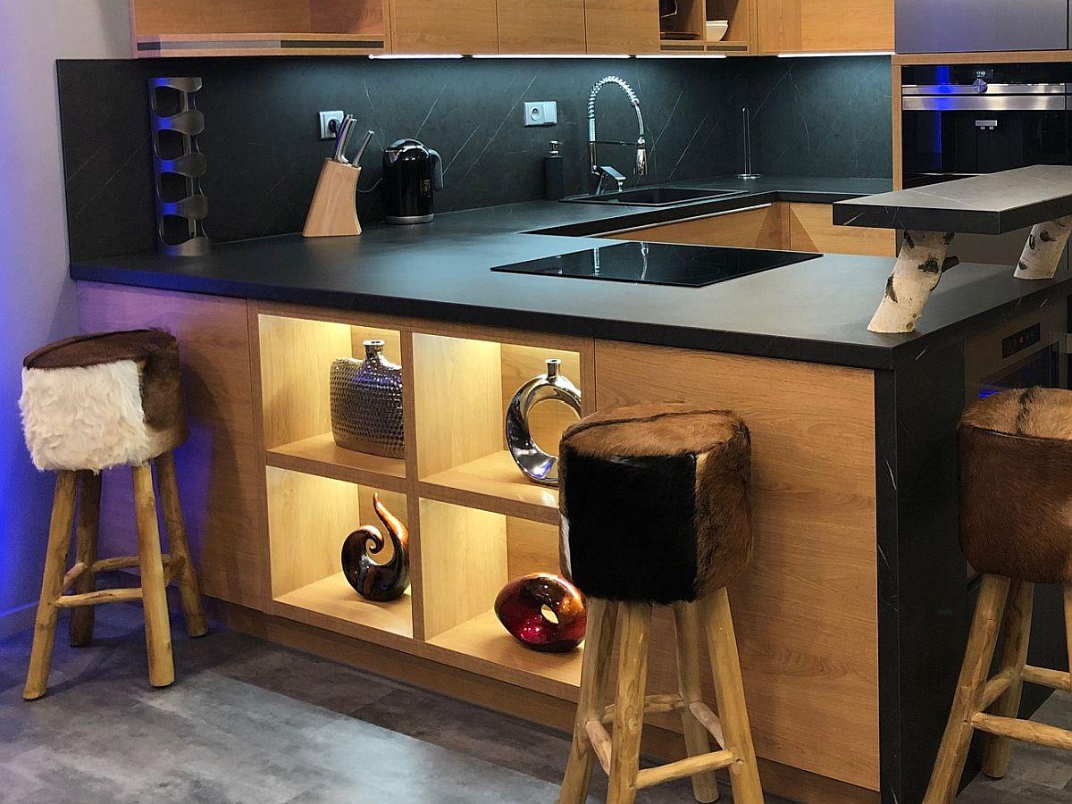 Byt 3kk - detail barového pultu a kuchyňské linky