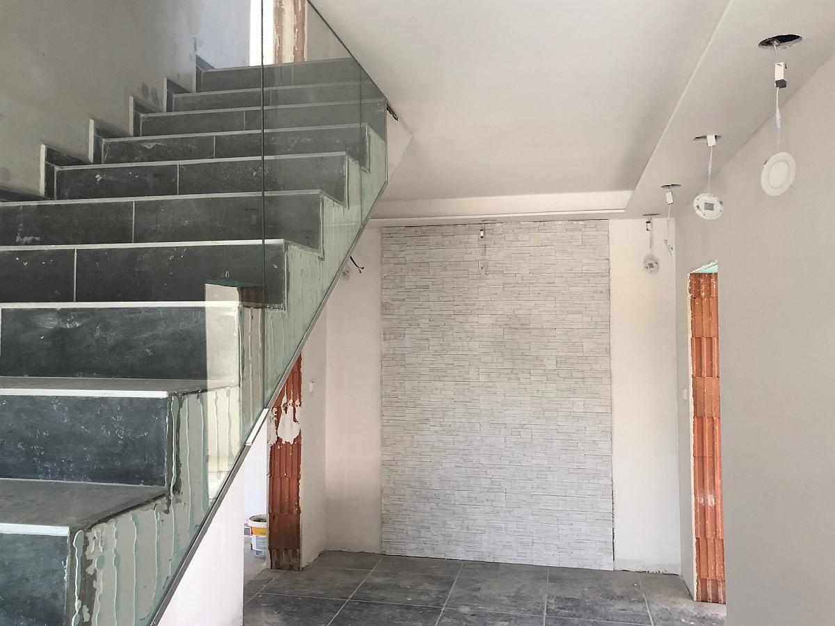Skleněné zábradlí schodiště