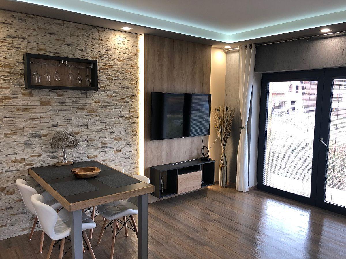 Obývací pokoj s jídelním stolem a TV