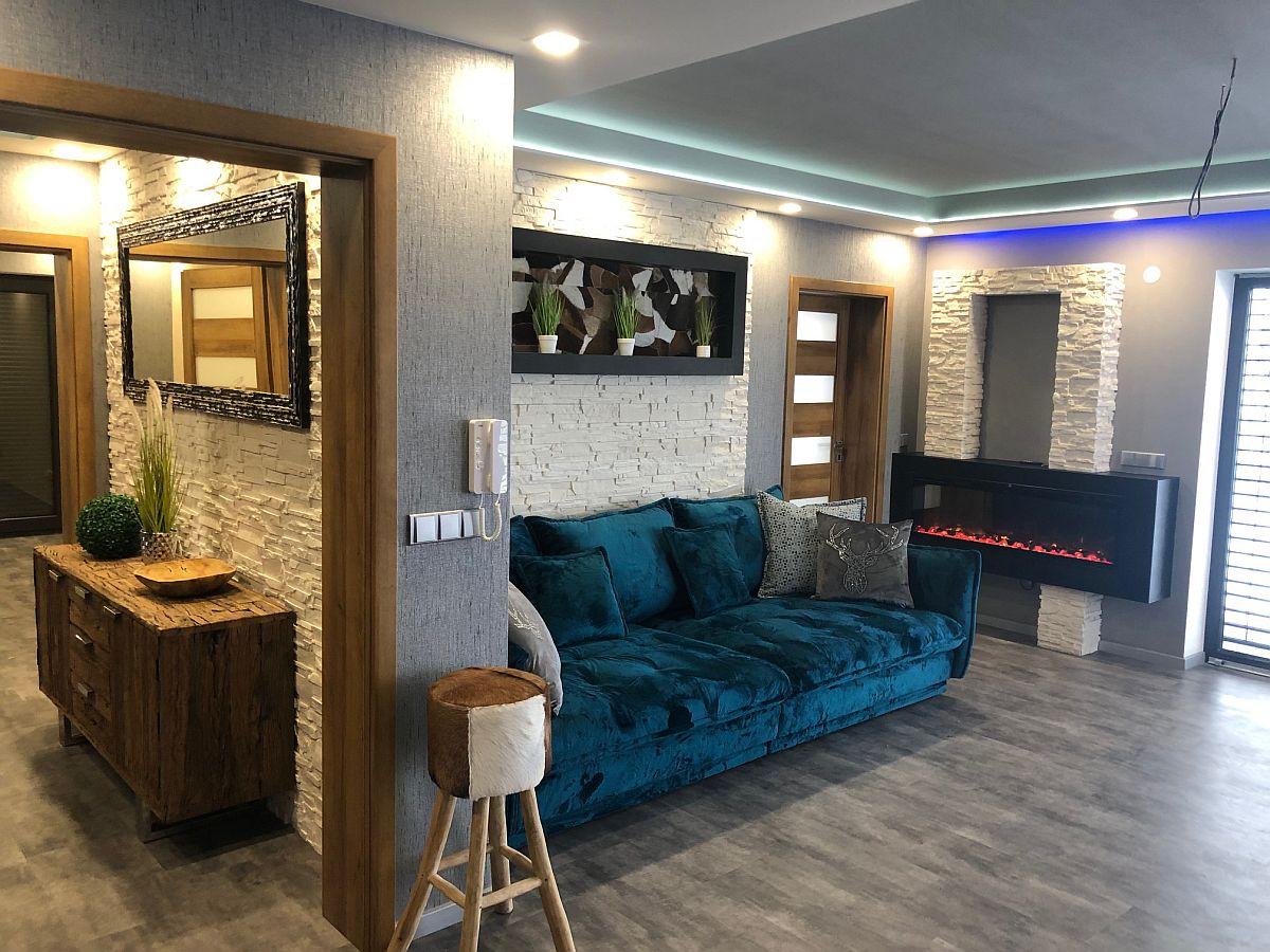 Zařízený obývací pokoj s krbem