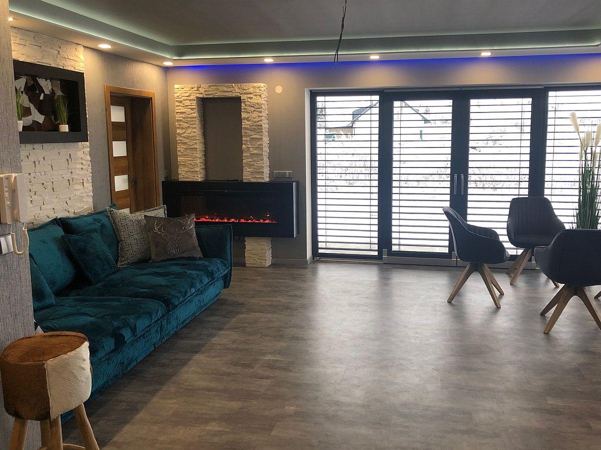 Zařízený obývací pokoj s výhledem na balkon