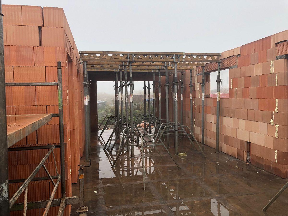 Stavba bytů na Božím Daru - září 2018, příprava podpěr stropu