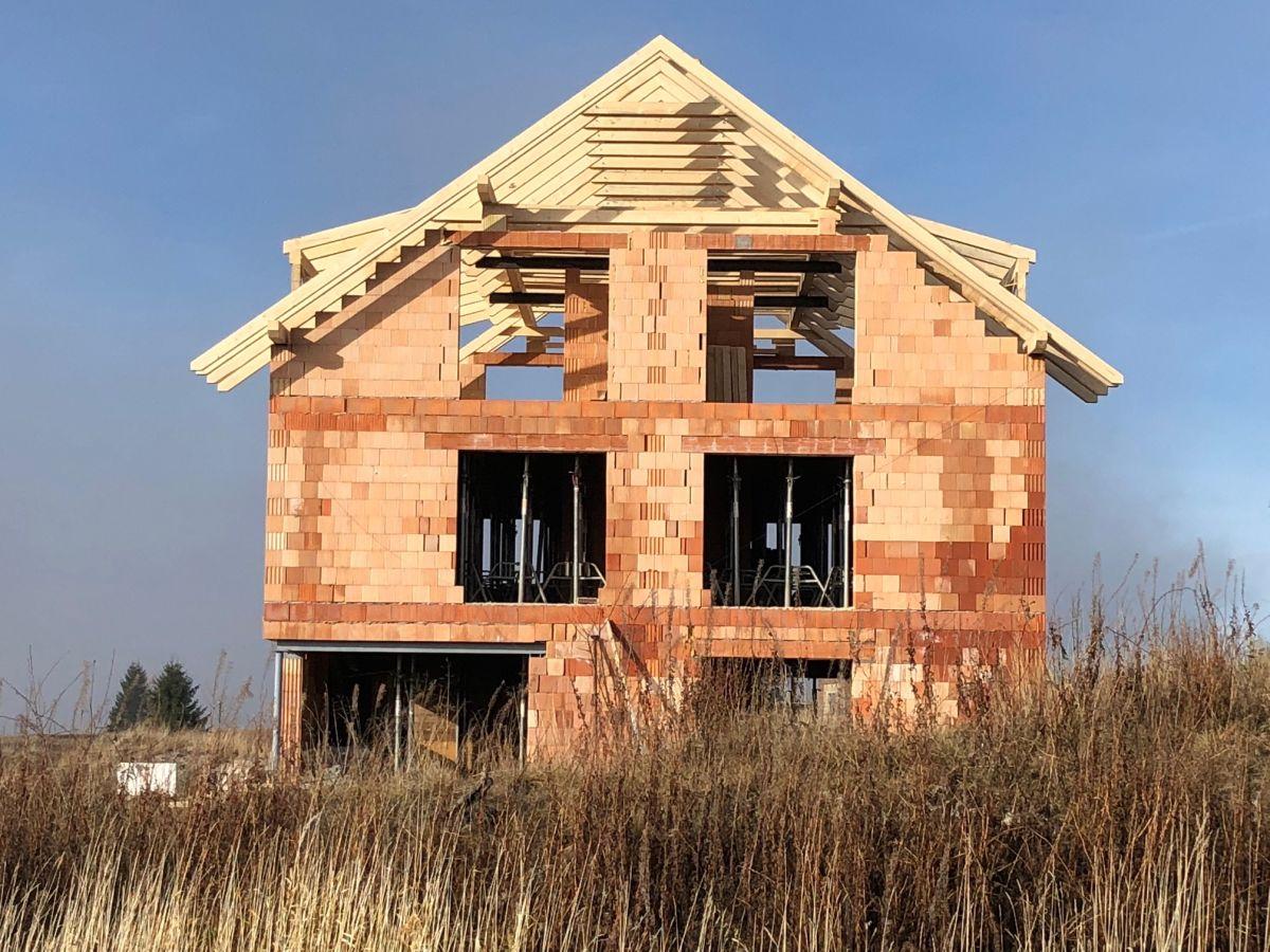 Stavba krovů pro byty na Božím Daru - listopad 2018, pohled z boční strany domu