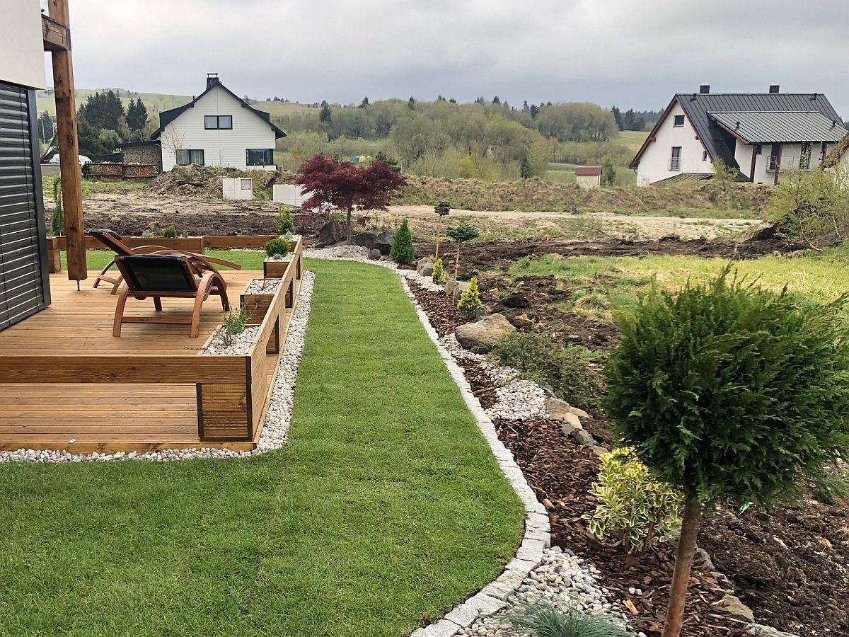Travnatý koberec a vysázené rostliny