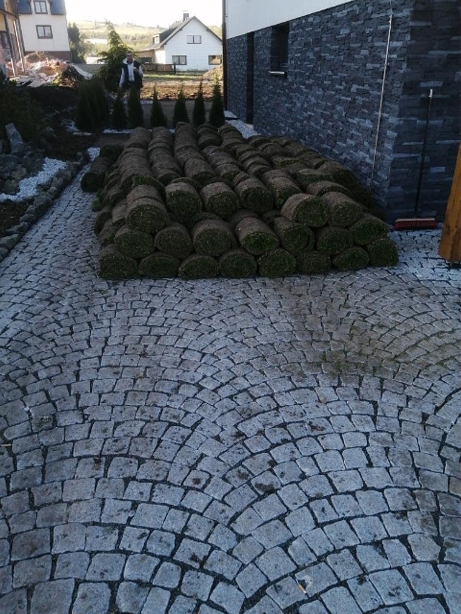 Travnatý koberec před položením