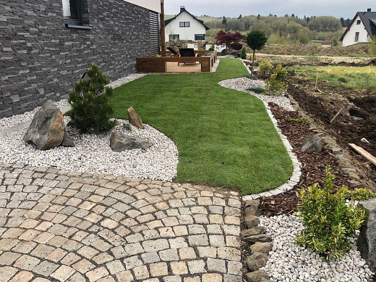 Dlažba a travnatý koberec